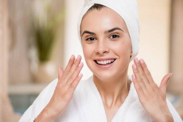 Akne – zašto nastaju i kako negovati lice sklono ovim pojavama